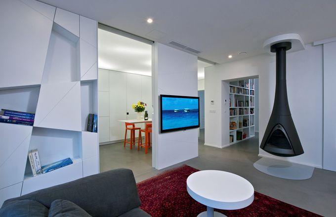 Obývacímu pokoji dominuje závěsné otevřené ohniště přivezené z Holandska. Podlaha je upravená stěrkou Pandomo, pod ohništěm je chráněna tvarově upraveným plátem oceli. Od kuchyně pokoj dělí na míru zhotovená stěna s úložnými prostory a posuvnými dveřmi