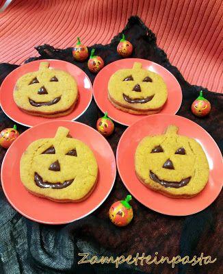 Biscotti con pasta frolla alla zucca - Halloween pumpkin cookies http://zampetteinpasta.blogspot.it/2016/10/biscotti-halloween-con-pasta-frolla.html