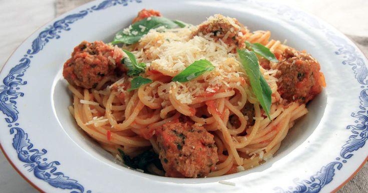 En riktig middagsklassiker som går hem hos hela familjen. Parmesan och persilja i köttbullarna gör hela grejen!