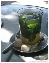 te verde frio con menta y terrones de azucar