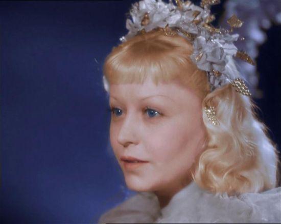 """Янина Жеймо . К началу съемок Янине Жеймо было 37 лет. Ее дочь, тоже Янина, ходила уже в восьмой класс, подрастал сын Юлий. Однако и в этом фильме ей почти не потребовался грим, хотя она снова играла прелестную девочку, отправляющуюся на свой первый в жизни бал. Мастерство, с которым Янина справилась с ролью, так и осталось неразгаданным. С тех пор """"Золушка"""" живет себе и живет, давно уже разобранная на цитаты, она стала классикой не только кино, но и литературы."""