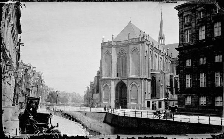 De Nieuwezijds Voorburgwal, 1867, nog met gracht. Prachtige serie Zoek de Verschillen in het Parool 4-4
