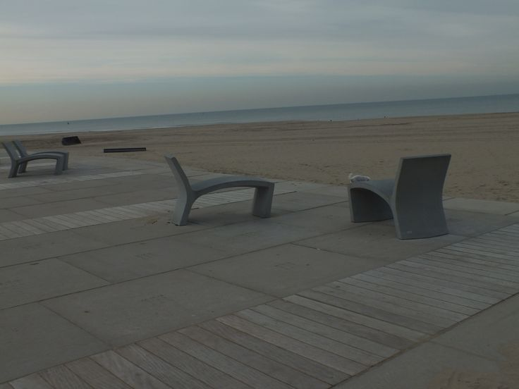 ligbankje aan het strand van Scheveningen  Ontwerp: -- Locatie: Scheveningen Datum: 12-11-2014 Fotograaf en bron: Hanneke Beijleveld #scheveningen #bankjes #ligbankje #liggen #strand