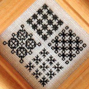 (004)4つのパターンをリネン地に刺繍 フレーム仕上げ(ブラックワーク刺繍キット)                                                                                                                                                                                 もっと見る