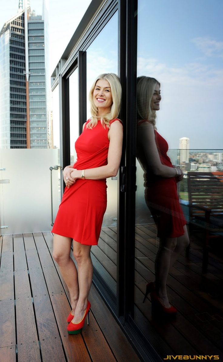 Rosamund Pike Little red dress and red pumps. Beauty on ...