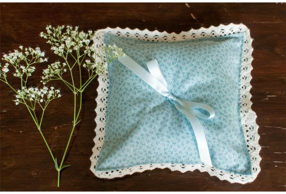 Ring pillow delicate blue blue flowers and blue ribbon with lace trimming Vintage ringenkussentje voor huwelijksceremonie #vintageringenkussentje #vintageringpillow #vintagebruiloft