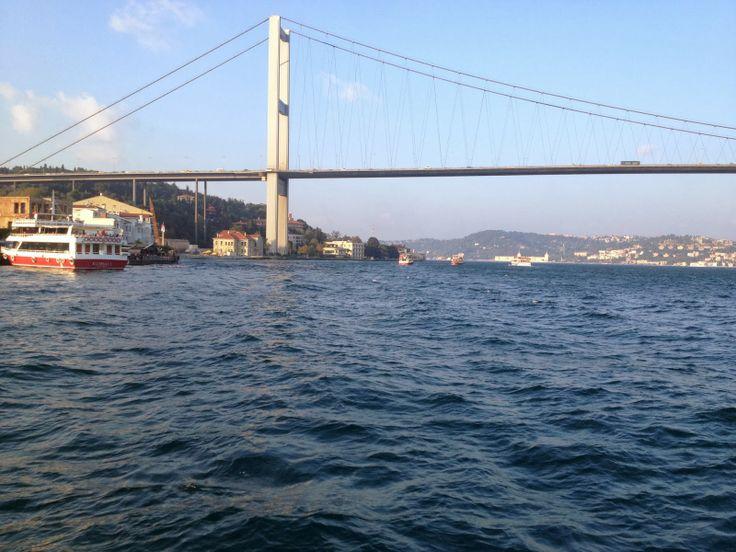 Boğaz turu saatleri konusunda sınırlama yoktur. Ancak yemekli yat gezileri minimum 2 saat, tekne gezileri de 4 saat sürmelidir. Boğz turu yaparken boğaziçi köprüsünü de denizden en yakın şekilde görebilme fırsatını yalayacaksınız. Aynı şekilde Fatih Sultan Mehmet Köprüsü'nü de göreceksiniz. Eğlence, parti, kutlama, davet ve yemek organizasyonlarının tamamında organizasyon süresince boğaz turu gezisi yapılmaktadır. http://www.bogazturu.com