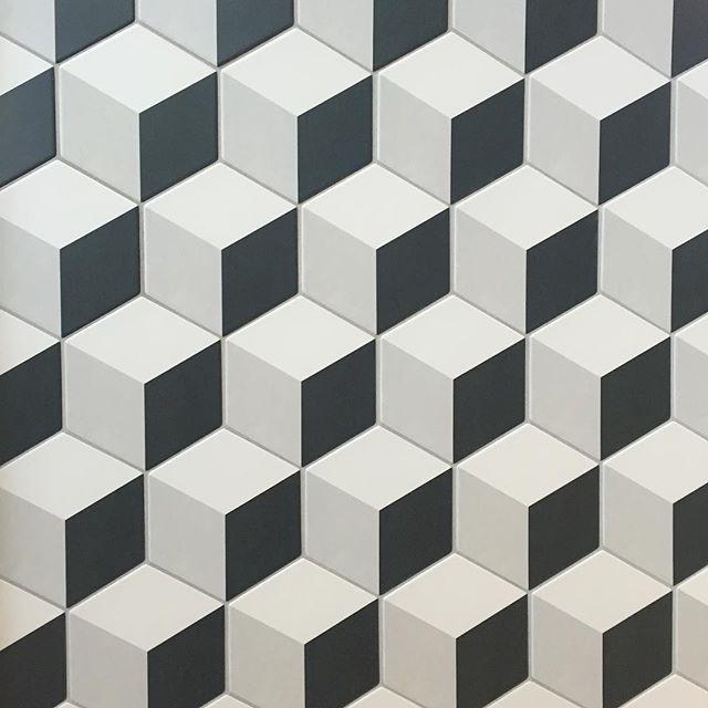 Vegg i utstilling. #Hexagon fra #Tonalite med #3deffekt #spennende #uttrykk #kontraster #flis #stilig #inspirasjon #norfloor #norfloorlade #inspirasjon #bad #kjøkken #fondvegg #dekor #interiør