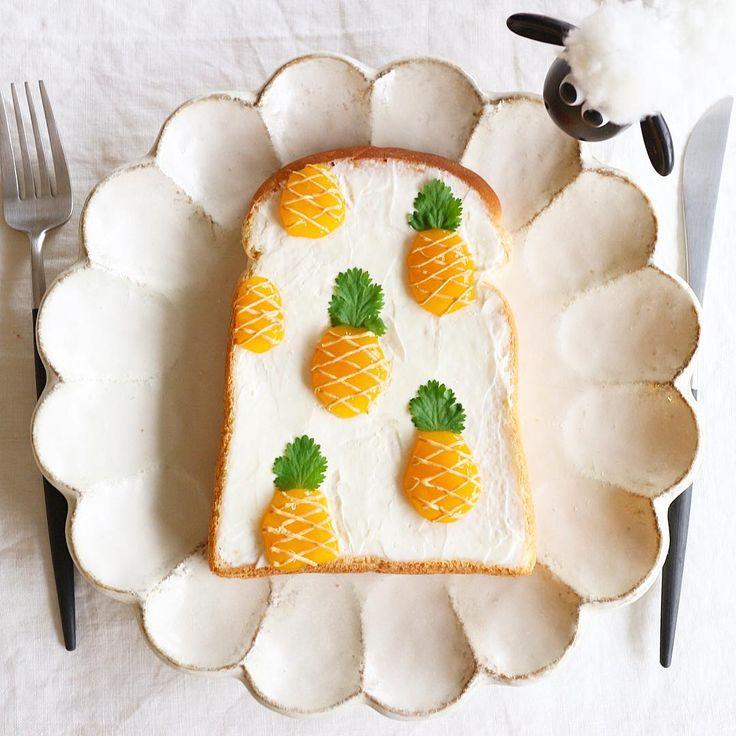 パイナップルトースト ・ おはようございます☀ またまたトーストアート 熱し易く冷め易い私なので色々作りたい衝動を抑えられない〜 もう少しお付き合い下さいませ♀️ ・ *材料* #マンゴージャム#パクチー#ピーナッツクリーム#クリームチーズ#食パン ・ #パイナップルトースト#朝食#パン#朝ごパン#トーストアート#トーストアレンジ#おうちカフェ#おうちごはん#クッキングラム#キナリノ#デリスタグラマー #pineapple#creamcheese#toast #food#bread#breakfast#kurashiru #onmytable#onthetable#lin_stagrammer#instafoodie#foodpic#instapost #nayokoトースト