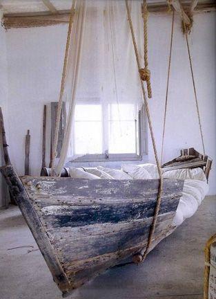 Een oude boot als lounge plek! #beach #interior #DIY