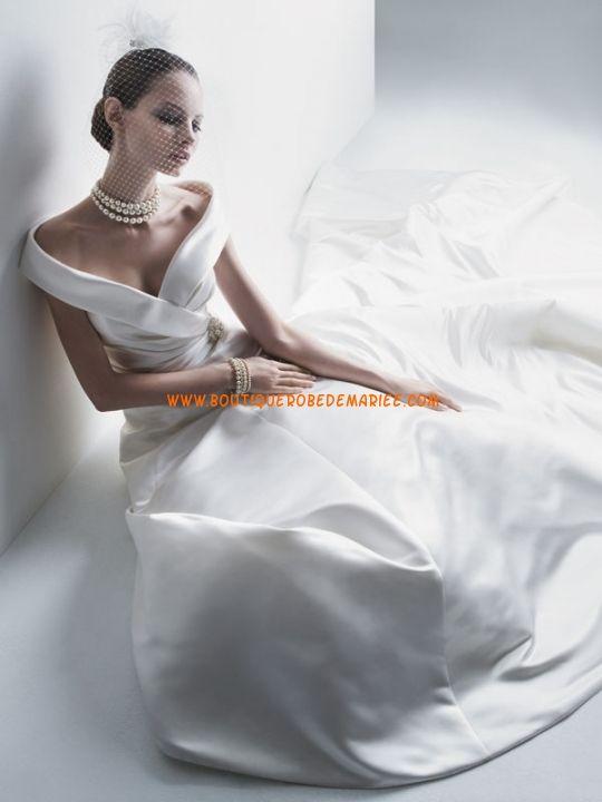 Robe de mariée princesse décolletée traîne chapelle