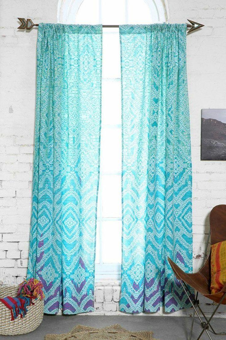 Home decoration autrefois rideaux - Rideau Turqoise Blanc Et Violet Motifs Sur Un Fond De Parement En Brique Blanche