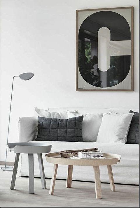 MUUTO  tavolini AROUND, design Thomas Bentzen, € 319 (small) e € 499 (large)  lampada da terra LEAF, design Broberg & Ridderstrål,  € 279  cuscini grigi SOFT GRID, design Anderssen & Voll, € 89
