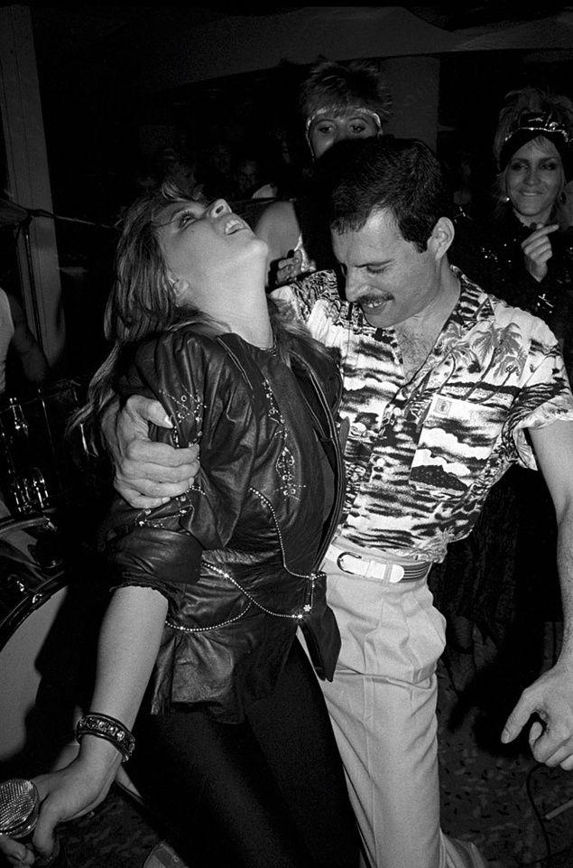 Freddy Mercury acababa de terminar su gira con Queen en 1986 y quiso celebrarlo en el The Roof Gardens, en Kensington. Samantha Fox, bailando con él. Foto: Richard Young