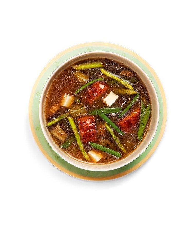 В кастрюле на среднем огне разогреть масло,обжарить мелко нарезанный лук. Добавить морковь иперец (стонкой кожей), нарезанные мелкими кубиками, измельченный чеснок. Через минуту уменьшить огонь и влить рисовый уксус. Тушить овощи десять минут — до мягкости.