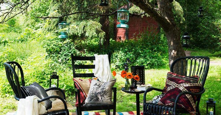 Njut av ljumma sommarkvällar utomhus. Skapa dig ett mysigt ställe för skön tillvaro - ett sommarvardagsrum, långt från TV och datorer!