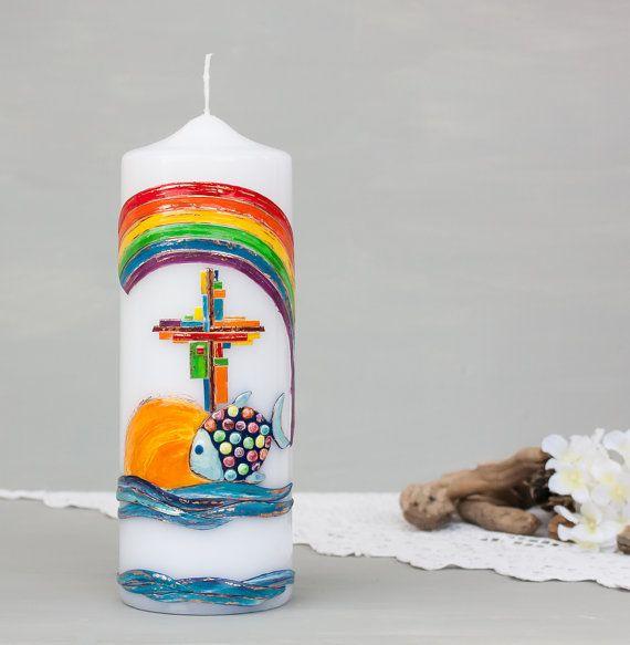 Taufkerze mit Fisch und Regenbogen, Kerze zur Taufe, Taufe Baby, Heilige Taufe Kinder, christliche Symbole, Segensfeier, Wachsdekor E374 Ein sehr gern gewähltes Taufkerzenmotiv, welches die Buntheit des Lebens symbolisiert. #etsyresolutionDE #etsyde #etsy #taufe #taufkerzen #kerzezurtaufe