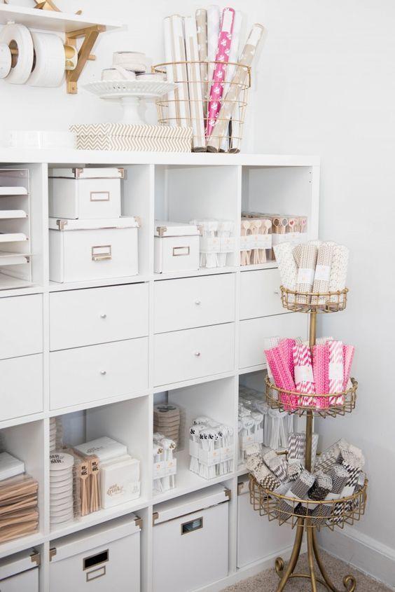 KALLAX open kast | Deze pin repinnen wij om jullie te inspireren. IKEArepint IKEA IKEAnederland IKEAnl kasten opberger opbergen opbergmeubel wit kamer woonkamer studeerkamer werkkamer werkplek werkspot werken studeren decoratie handig veelzijdig vakken klassieker klassiek