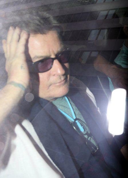 Das wilde Leben des Charlie Sheen: 2015 Kopfzerbrechen bei Charlie Sheen: Einen Tag nach seinem HIV-Geständnis sieht der Schauspieler deutlich mitgenommen aus. Unter sein wildes Partyleben möchte er nun einen Schlussstrich ziehen und verspricht in einem offenem Brief, dass er sich nun bessert.