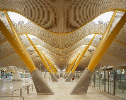 Iluminação Natural Zenital - Madrid International Airport - Madri, Espanha - A iluminação zenital se repete ao longo dos corredores do terminal do aeroporto internacional e Madri, diminuindo a necessidade de iluminação artificial, tornando o ambiente mais claro e agradável