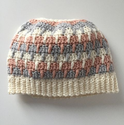 Messy bun beanie crochet patterns galore - new ponytail hat patterns added! This one is free!
