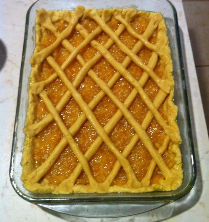 Με την μαρμελάδα πορτοκάλι εφτιαξα μια ονειρεμένη πασταφλώρα!! Συνταγή 1 φαρίνα πουφουσκώνει μόνη 1 ποτήρι αραβοσιτέλαιο ή βιταμ 2/3 φλ ζάχαρη 2 αβγά Ενα σφυνάκι κονιάκ Ξύσμα πορτοκαλι ή λεμόνι 1 κ γ μπεικιν ,λίγο αλάτι 500γραμ μαρμελάδα Κοσκινίζουμε σε λεκάνη το αλεύρι με το