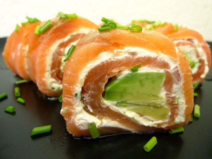 Zalmrolletjes met avocado, bieslook en rode ui. Kies voor lactosevrije roomkaas en ze zijn ook nog eens lactosevrij!   | http://degezondekok.nl