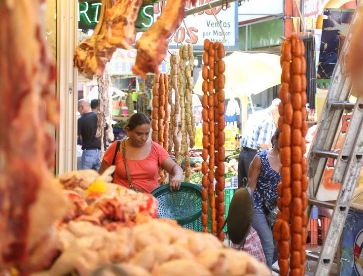 Puestos de carnes en el mercado Dandy de la capital industrial. FOTO: Franklyn Muñoz Productores se comprometen a evitar especulación de precios Gremiales de agricultores se reunieron recientemente con el presidente Juan Orlando Hernández para garantizar la producción http://www.laprensa.hn/economia/905206-410/productores-se-comprometen-a-evitar-especulaci%C3%B3n-de-precios