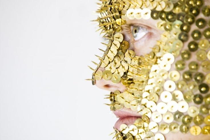 Artista faz performance inédita com tachas no MIS (SP) - Lucy McRae.