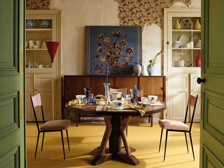 Главный референс: нравится цветовая гамма, фрагменты старинных обоев, стол, витрины, комод