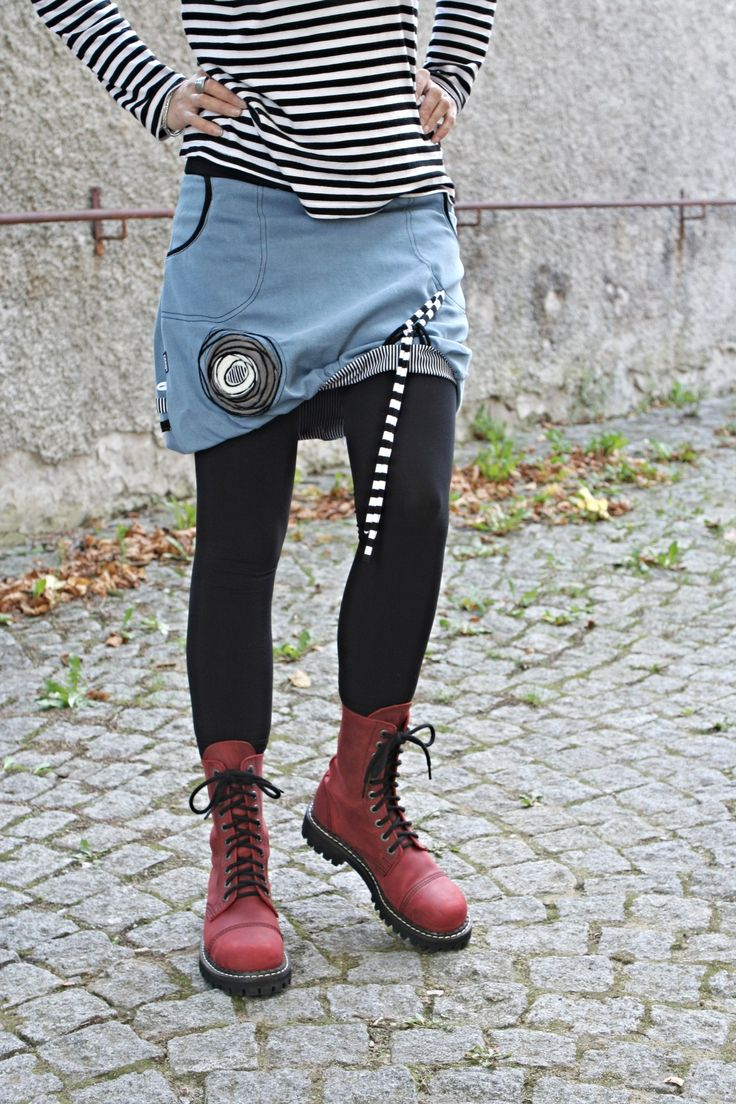 ...džínová balónová sukně ...  Sukně je ušita z džínoviny - 100% bavlna Sukně je do úpletu. Celá sukně je podšívkovaná a délka je ušita tak, aby vytvořila balónový efekt. Sukně je přes boky střižena do A, takže přes boky je volná. Sukně je boková, nehodí se nosit kalsicky v pase. Sukně je ozdobena poutky na předním díle a tím si sukni různě ...