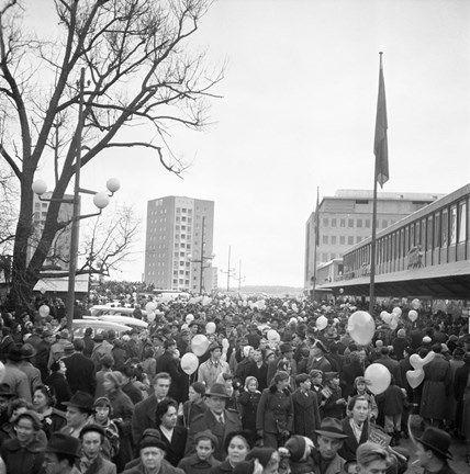 Trängsel i centrum. Vällingby Centrum, invigningsdagen 1954. Fotograf: Gunnar Lantz