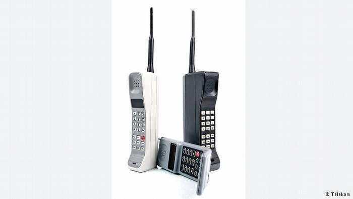 Im Sommer 1992 gehen die beiden D-Netze von DeTeMobil und Mannesmann an den Start. Damit beginnt das Zeitalter des digitalen Mobilfunks. Dank verbindlicher Standards können die Kunden nun auch im europäischen Ausland mobil telefonieren. Auch die Geräte werden weiterentwickelt. Das Motorola International 3200 – liebevoll Knochen genannt – ist für die damalige Zeit sehr klein, kostet dafür aber auch rund 3000 DM.
