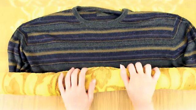 Aprenda Como Fazer Suas Roupas de Lã Encolhidas Voltarem ao Tamanho Normal! Encha uma bacia de água quente (certifique-se que não é muito quente), adicionar condicionador de cabelo macio, mergulhe a peça de roupa por alguns minutos e esticar suavemente-lo de volta à sua forma original. Et voilà!