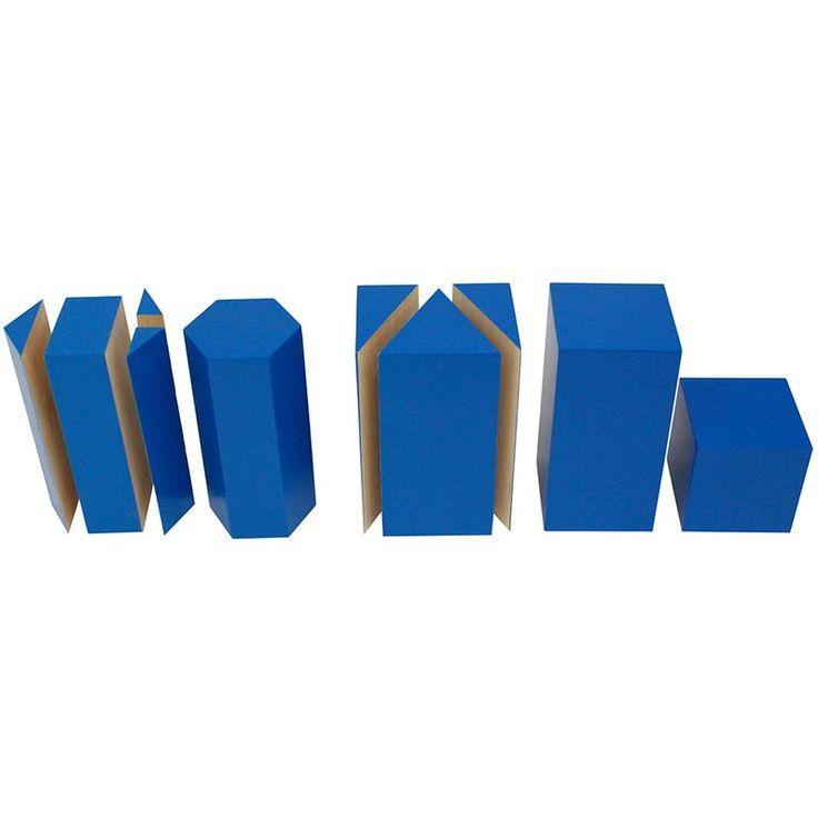 Set de 5 bloques de madera azules divididos, para que el niño practique el concepto de volumen. Incluye un prisma hexagonal, un prisma hexagonal dividido en 4 partes, un prisma rectangular, un prisma rectangular dividido en 3 partes y un cubo. Este material de la metodología Montessori es perfecto para enseñar a los niños como una forma sólida se puede dividir en formas más pequeñas. Este juego matemático asegura que el proceso de abstracción matemática se basa en una actividad del niño con…
