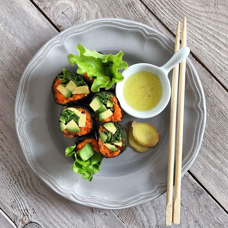 """Такие """"суши"""" нравятся всем  Это очень удачное сочетание просто попробуйте  Нам понадобится: Лист нори Морковь Лимонный сок Nutritional yeast (опционально) Авокадо Листья салата  Для соуса: Лимон Имбирь Морковный сок (опционально)  Сначала нужно сделать морковный жмых. Он может остаться от морковного сока или натереть морковь на терке и отжать от неё сок. Затем к морковному жмыху добавить лимонного сока по вкусу и если есть nutritional yeast (неактивные пищевые дрожжи). Полученную массу…"""