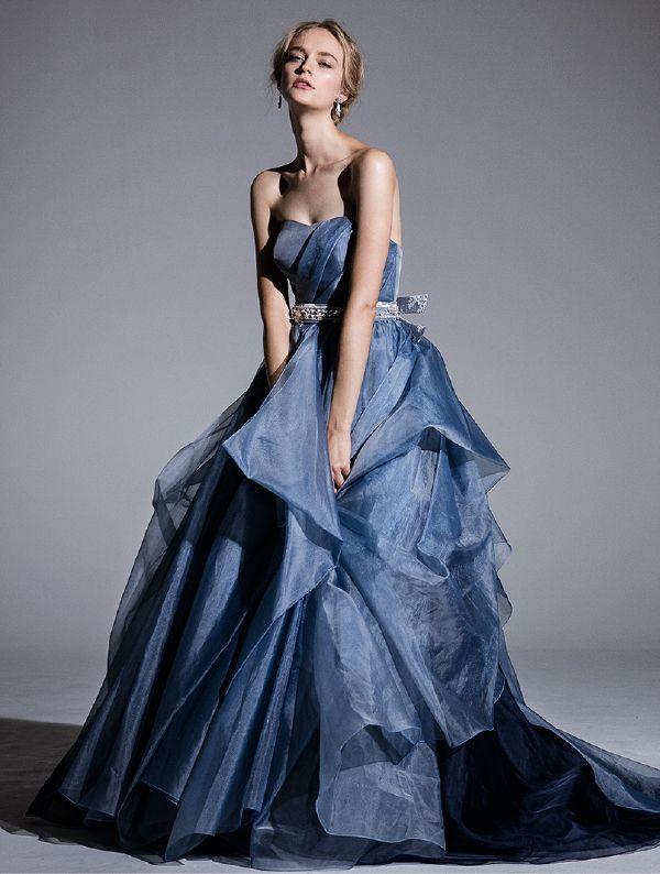 オフショルダーでセクシーにみせながらも落ち着いた印象を与える優しい色合いのカラードレス。青い花嫁衣装参考一覧♪
