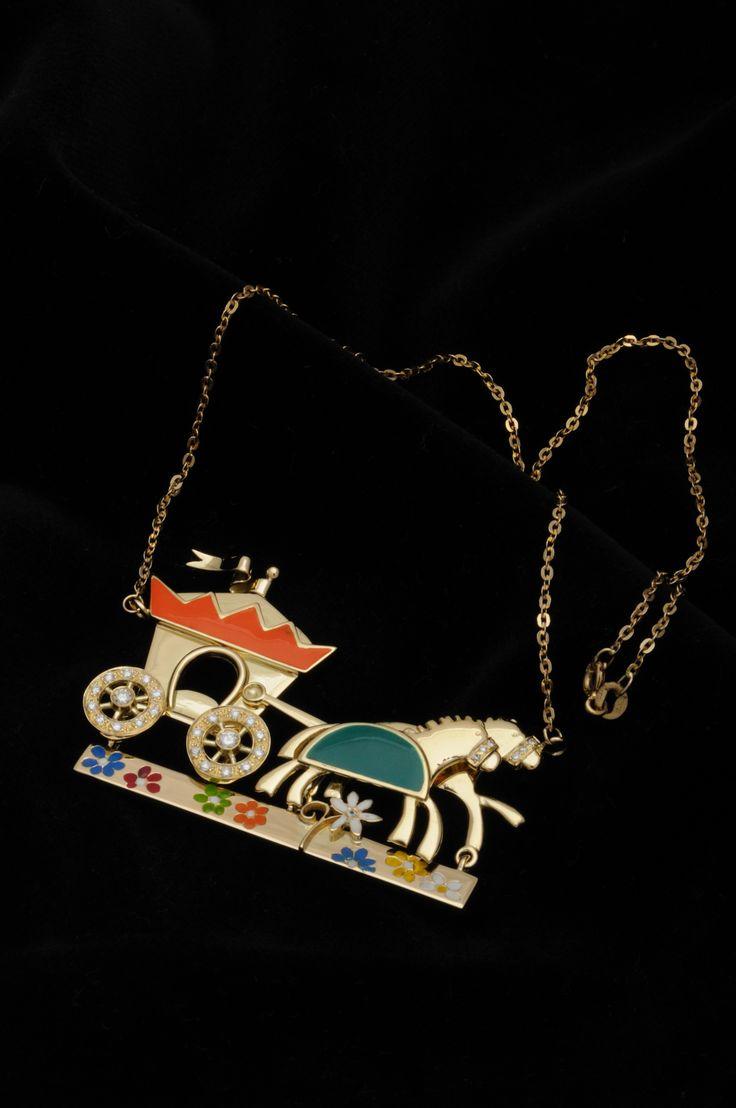 La collana per una principessa: la carrozza che la porterà dove lei desidera! Collana in oro giallo, brillanti e smalti
