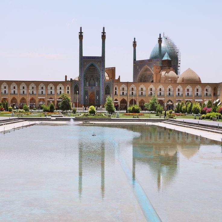 Nakş-ı Cihan Meydanı, İsfahan  İsfahan'ın kalbi olarak nitelendirilen İmam Meydanı (Nakş-ı Cihan) dünyanın sayılı geniş meydanları arasında yer alıyor. UNESCO Dünya Mirası Listesi'nde yer alan meydan Safevi Hükümdarı olan Şah Abbas'ın muhteşem eserlerinden biridir. Büyüleyici bir görünüme sahip olan eser sahip olduğu mimarisi ve olağanüstü hatları ile bugün ülkenin en önemli görülecek yerleri arasında.