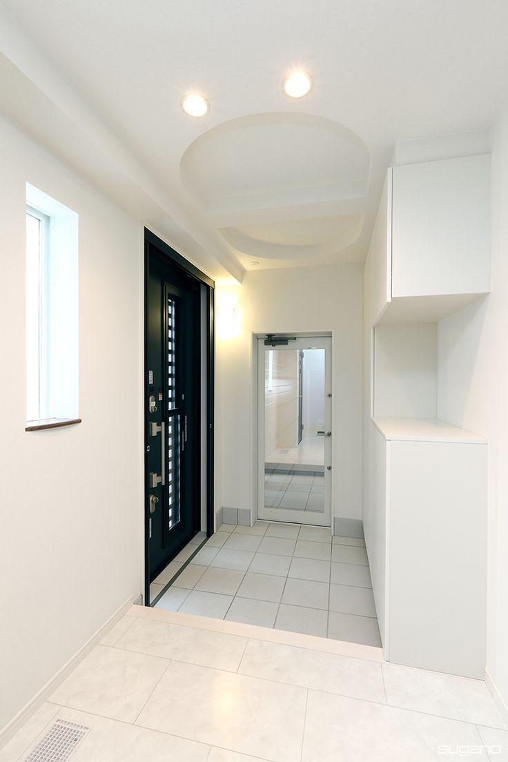 純白の玄関ホール。黒の玄関ドアが空間を引き締めています。#住宅 #新築住宅 #玄関 #玄関ホール #家づくり #折り上げ天井 #設計事務所 #菅野企画設計