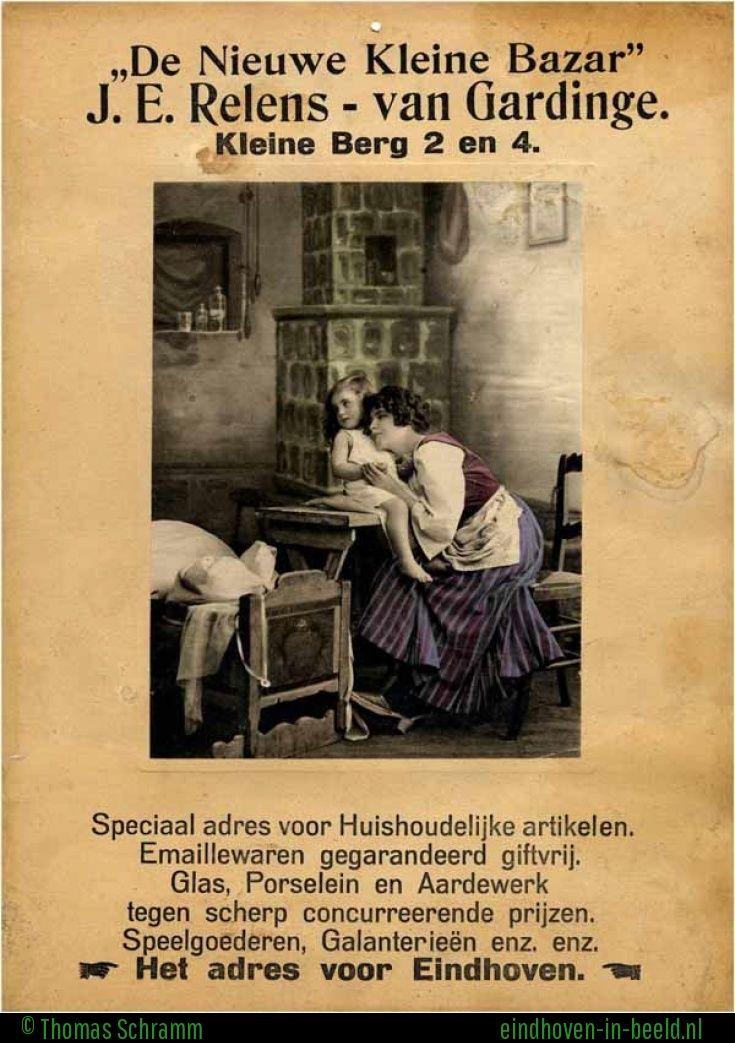 Hier zien we een reclame uit de 20er jaren van het echtpaar Relens-Van Gardinge. Ze dreven aanvankelijk van 1920 tot 1924 een winkeltje in huishoudelijke artikelen op de hoek van de Kleine Berg en de Keizersgracht (tegenover drukkerij Hermes). Die activiteiten werden beëindigd en vanaf medio 1924 werd door het echtpaar in hetzelfde pand tot 1934 het café