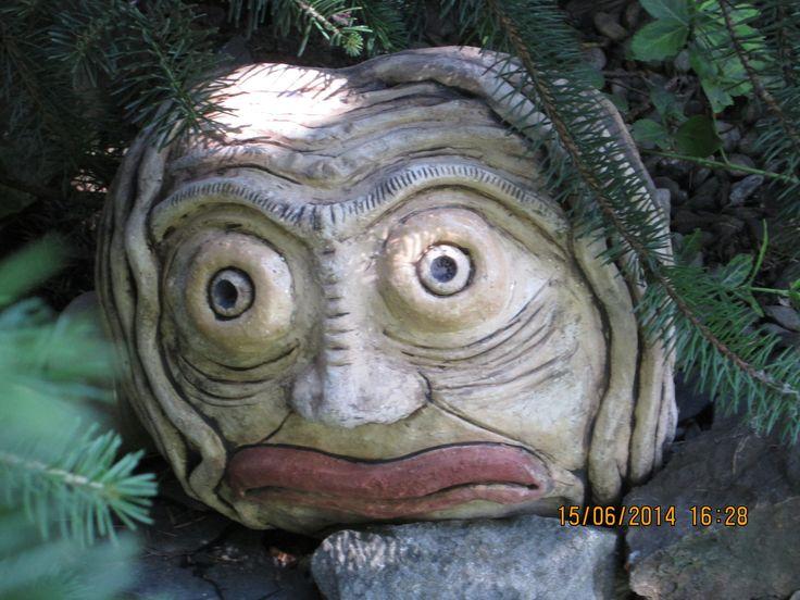 Vodník Brůna Už máte v jezírku vlastního vodníka? Keramická dekorace na zahradu, motiv hlavy vodníka, průměr cca 35 cm, vyrobeno ze šamotové hlíny, odolná proti povětrnostní podmínkám, možnost ponechat na zahradě i přes zimu. Pouze na objednávku, dodací lhůta 4-5 týdnů.