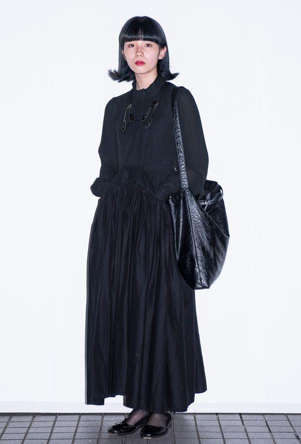 【キャンパス・パパラッチ DAILY】LIMI feuのジャンパースカートを中心に黒でまとめて、桒原咲さん -文化学園文化祭2017-