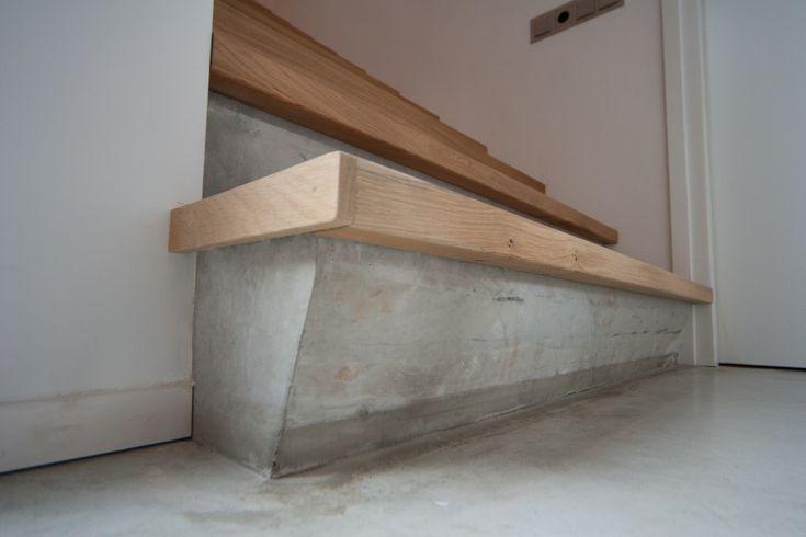 eiken treden geplaatst op een betonnen trap