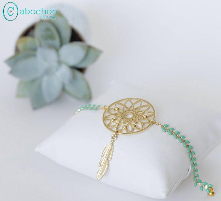Bracelet Boho, Chaîne émaillée mint, dream catcher et plume, doré : Bracelet par cabochon-chic