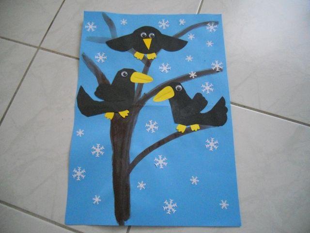 vrány na stromě - vrány nalepené z papíru, strom vytvořený pomocí temperových barev, vločky z vyrážečky