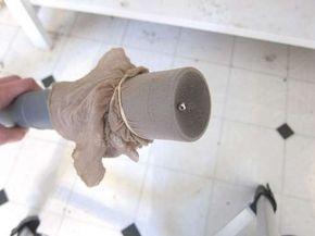 Hai perso qualcosa di molto molto piccolo in casa, come un orecchino, un bottone, una vite? Metti una vecchia calza intorno al tubo dell'aspirapolvere, fermala con un elastico ed inizia a cercare.