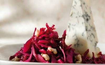 Salát z červeného zelí, červené řepy a brusinek