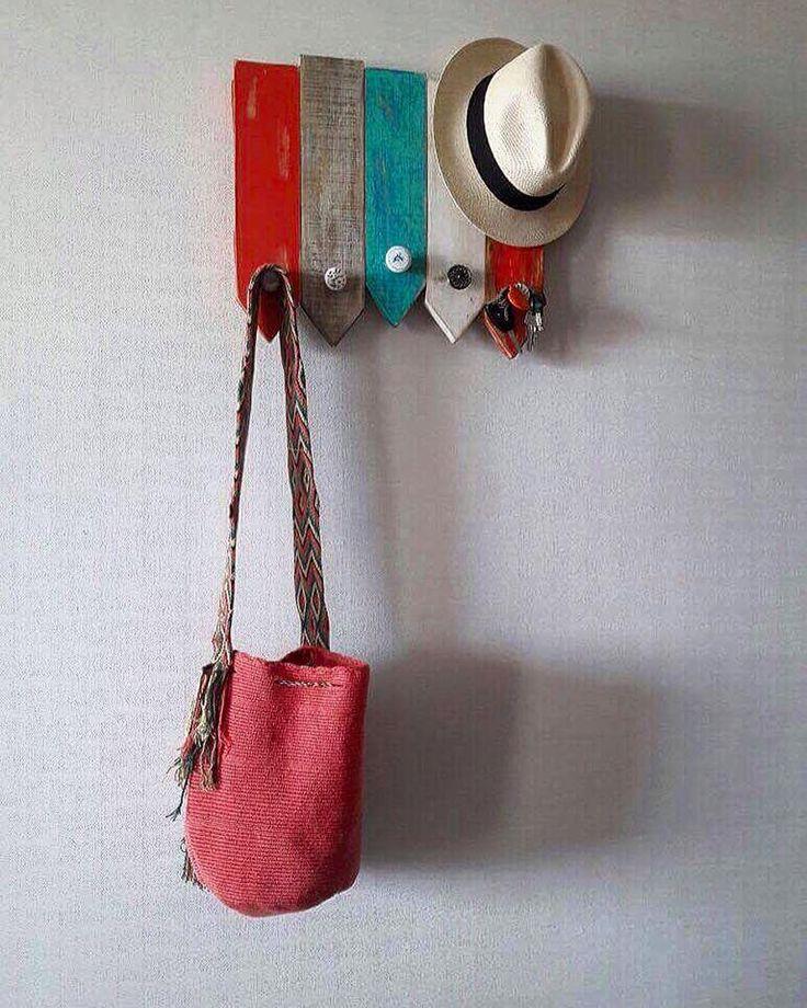 Perchero 50 x 40 cms. 5 perchas decapadas en tonos rojos, turquesa, blanco y café.