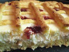 """""""Helenčin křehký koláč"""" - výýýborný! SUROVINYTěsto: 260g hladké mouky, 60g cukru krupice, 1 prášek do pečiva, 60g Hery nebo másla, 2 žloutky, 4 polévkové lžíce mléka, 2 polévkové lžíce rumu...trošku másla na vymazání koláčové formy (používám formu na pizzu)Tvarohová náplň: 500g tvarohu ve vaničce, 6 polévkových lžic cukru krupice, 1 celé vejce, 2 zarovnané polévkové lžíce dětské krupičky nebo hrubé mouky, kůra z jednoho citrónuPOSTUP PŘÍPRAVYNejdříve si přichystáme tvarohovou náplň tak, že…"""
